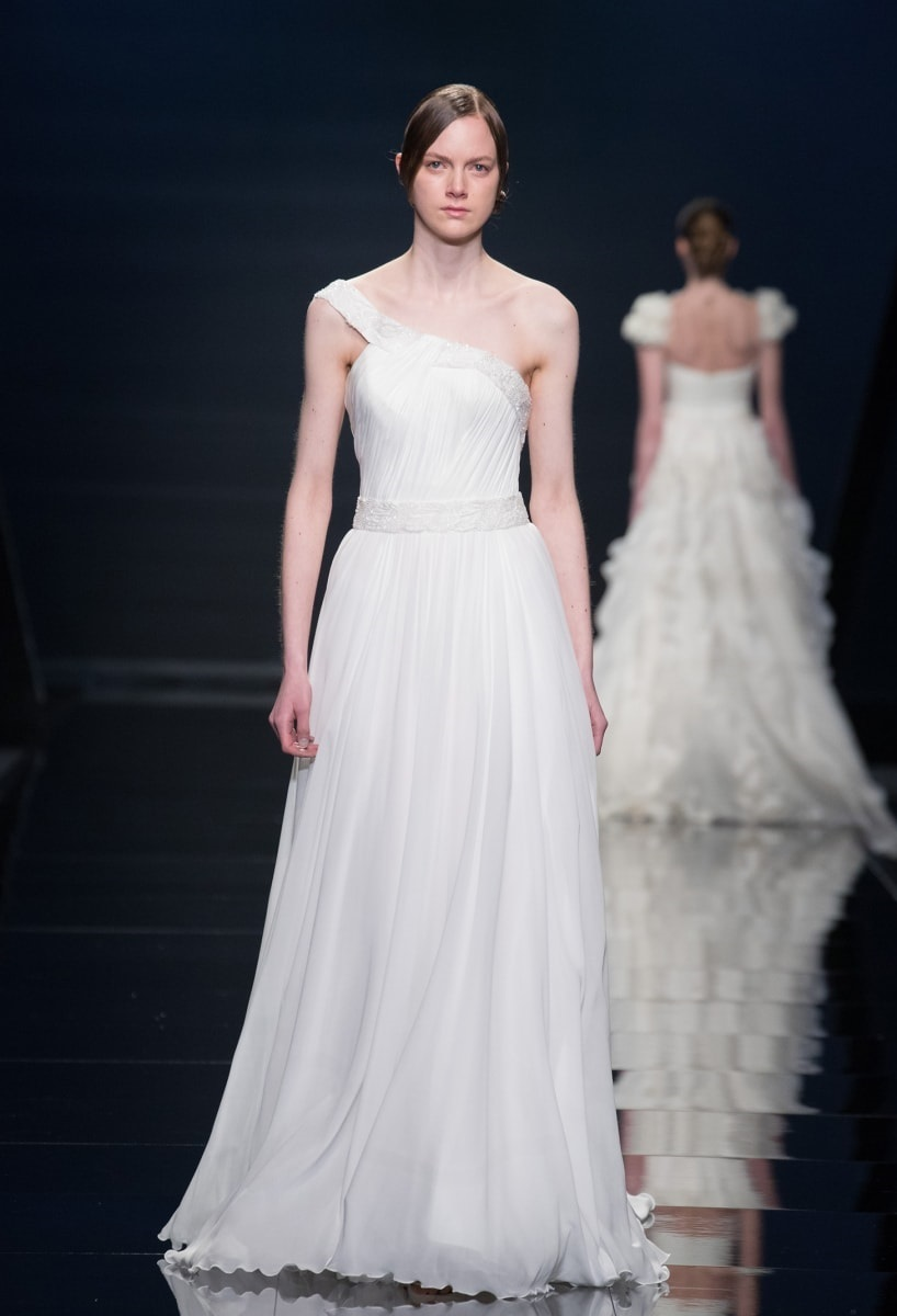 Wedding dresses with asymmetrical neckline: 4 basic tips to follow before choosing